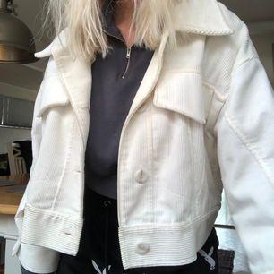 Jätte fin vit Manchester jacka ifrån Zara! Använd fåtal gånger!