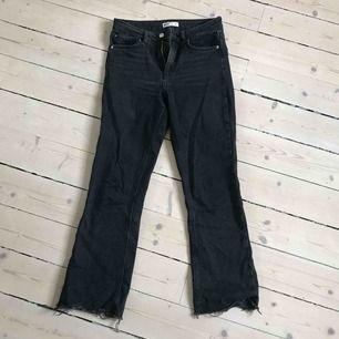 """Flarade svarta jeans från Gina. Ser inte så fint ut på bilden, men riktigt snyggt """"lagom"""" utsvängda."""