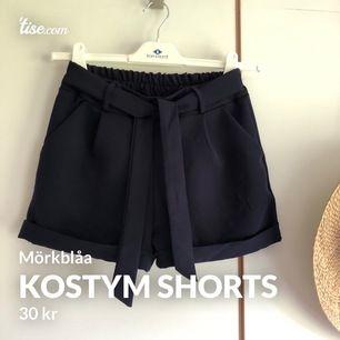 Mörkblåa kostym shorts.I mjukis material. Bekväma till sommaren. Säljer pga för små för mig. Skick 3/5 där av tråd i tyget som har blivit mer synliga(fram & bak sid)men inget man ser om man inte tittar nära. Se sid 2 & 3. Finns på andra sidor. Frakt 44 kr