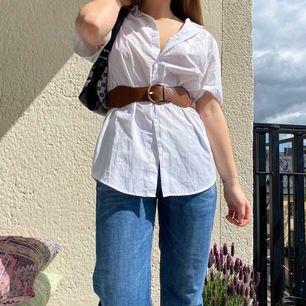 Söt kortärmad skjorta perfekt till sommaren! Passar med ett skärp eller med ett linne under🌸 Kan mötas på söder, annars står köparen för frakt på 42kr