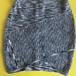Supersnygg kjol nästan oanvänd från surface to air. Frakt tillkommer.