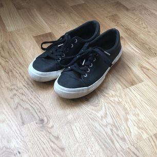 PRIS KAN DISKUTERAS✨                               Ett par svarta, söta skor från Ralph Lauren. Köpta för 700 kr. Säljer då de är för små för mig. Använda ett fåtal gånger och är lite nötta runt om sulorna. DM om du har någon fundering✨☺️