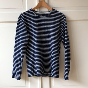 Snygg mörkblå tröja i bomull med vita ränder från Zara. Köpt 2013. Bra skick.
