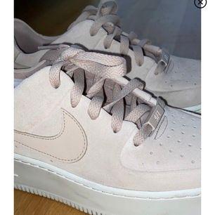 Köpt här på plick, jag har endast använd någon gång💗  storlek 40, säljs pga att dem är för små tyvärr. Otroligt snygga skor från Nike. Köparen står för frakt (144kr osårbart)