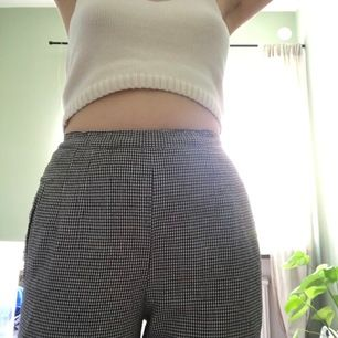 Supersköna svartovitrutiga kostymbyxor med liten liten slits nertill. Resår i midjan så passar många olika bredder. Jag på bilden är ungefär 165 cm lång. 50 kr + frakt