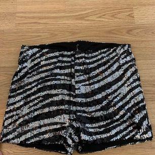 Två snygga glitter shorts från ginatricot!! Två för 150kr en för 75kr.