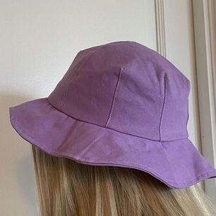 Säljer min fina solhatt som köptes i Spanien förra året. Hatten är knappt använd så den är i bra skick! Säljer för 80kr inkl frakt.💫