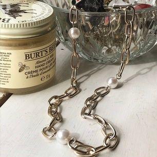 Jättefint guldigt kjedjehalsband med tre stycken vita pärlor<3 Sparsamt använt och kommer inte längre till använding alls. Frakt 10kr💗