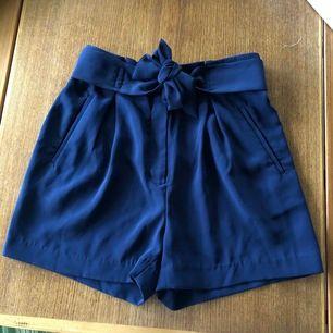 KOMM MED PRISFÖRSLAG (frakt kostar 49kr)🥰🥰🥰 mörkblåa shorts från H&M som har aldrig används! De har fikor fram och back, dock är de på baksidan fake. Bandet är påsydd!☺️