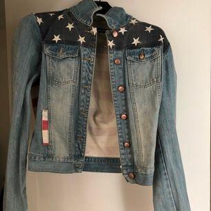 Amerikansk Jeans Jacka, knappt använd! Pris kan diskuteras vid snabb affär. Kan fraktas!