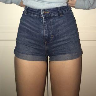Jag säljer dessa shorts, i strlk: 34. Säljer dom pga att dom tyvärr sitter för tajt på mig som ni ser på bilderna. Dom är väldigt fina och jag säljer dom för 50 kr +frakt .💓💓