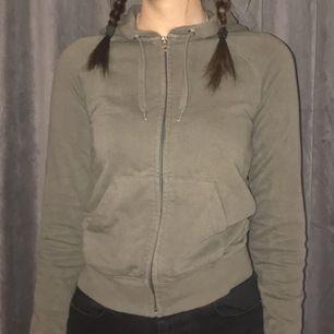 Jag säljer denhär gröna tröjan, i strlk: XS. Jag säljer den för 120 kr då frakten ingår💕💕💕💕