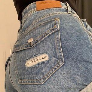 Fina jeansshorts med slitningar i strl 36. Väldigt bra skick!