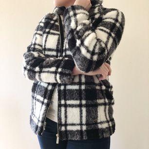 Superfin jacka från Calvin Klein i storlek S. Supermysigt material och perfekt till en kall sommarkväll. Inköpt i USA och självklart äkta. Använd ca 2 gånger så i nyskick. Buda från 200kr.