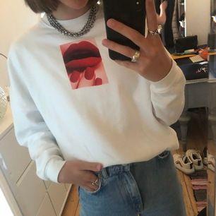 Cool sweatshirt från stay med tryck på röda läppar. Nice passform och skön. Använt skick men inget märkbart fel. Köpt på carlings för ca 350kr säljer för 100kr +frakt