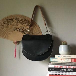väska från märket carin wester, köpt på åhlens. den har 2 olika band, ett längre och ett kortare så man kan välja.