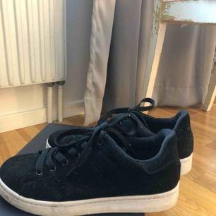 Säljer dessa svarta skor pga försmå💞💞