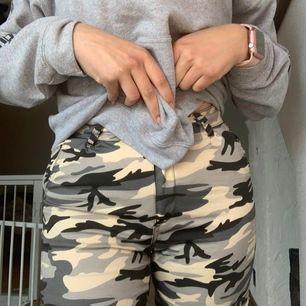 Snygga byxor som tyvärr är försmå för mig som normalt har strl m. Priset är med frakt Säljes för 150kr eller högsta bud.
