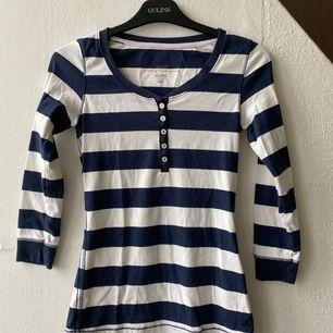 Marinblå/vit tröja ifrån h&m i fint skick. Stl. XS. Hämtas upp i Malmö eller frakt 44kr.