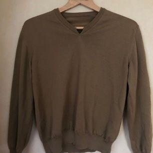Säljer pga att den inte används, jättefin och mysig tröja i fudgebrun