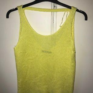 Gult stickat linne från Gina som aldrig blivit använd. Ni ser modellen på bilden, öppen rygg där bak. Mysig och lätt för sommaren☀️