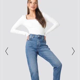 Säljer ett par populära  mom jeans som endast är använda 1 gång på grund av för stora  på mig i storlek 32.