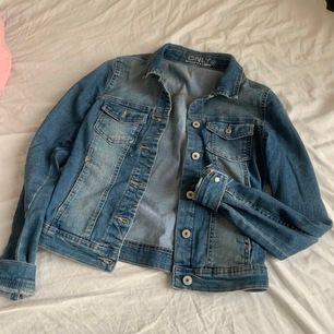 Blå jeansjacka. Köparen står för frakt. Går att mötas upp i Jönköping:)