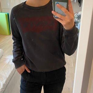 Kommer inte till användning längre!! Skitsnygg tröja som sitter jättebra på. Den är lite oversized så beroende på hur man vill att den ska sitta passar den på många!