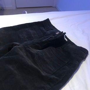 Bootcut byxor i manchester, skitsnygga! Saknas dessvärre en häll för bälte osv, men inget som märks av! Frakt tillkommer 💜