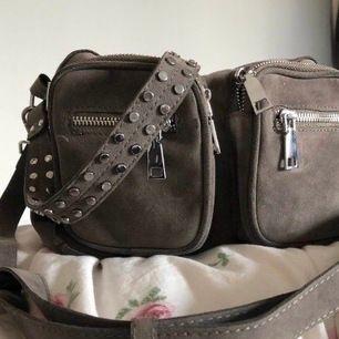 Säljer min fina gråbruna noella väska i modellen celina(15x25). Priset kan diskuteras.