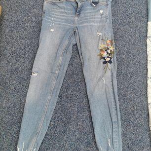 Super snygga oanvända byxor. Storlek M på alla 3. 150 kr st, vid köp av flera så får du de såklart billigare 🤩