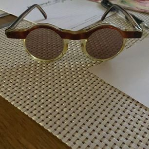 Unik vintage solglasögon från de kända J.C de Castelbajac . Topp skick !!! Brunbeiga ...passar både man o kvinna .snabb affär pris kan diskuteras .. frakt tillkommer med spårbart 63kr