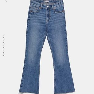 Super fina Bootcut jeans från zara som jag använt men som är i superfint skick:)  Dem är  i storlek 38 men skulle säga att dem är en 36 för dem är väldigt små i storleken! Säljer för att dem är för stora för mig:)