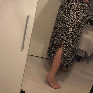 snygg oanvänd kjol FRÅN VEROMODA med slits på båda sidor, storleken är XL men jag skulle säga att den passar både större och mindre pågrund av resorenni midjan (jag har normalt M/L i byxor