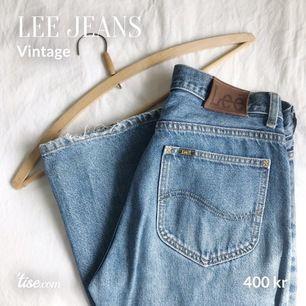 Äkta vintage Lee-jeans, som ett par Levis 501.  Snygga slitningar av ålder och användande. Inget sönder. Stl: M. Liten fläck på vänstra knät, se sista bilden. Köparen står för frakt!