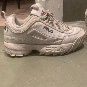 Vita fila skor i storlek 37. Använda men i gott skick.