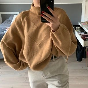 Säljer denna stickade tröja från hm. Har en snygg passform. Frakt tillkommer🦋