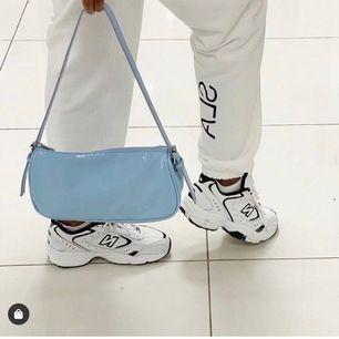 Säljer nu min favoritväska från Nelly i världens finaste blå färg. Säljer pga har alldeles för mycket väskor... Säljer endast vid intressanta bud!🤩🤩‼️ högsta bud just nu: 360kr ‼️‼️