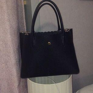 Svart handväska från HM med ljusrosa inne i väskan. Köparen står för frakten😊