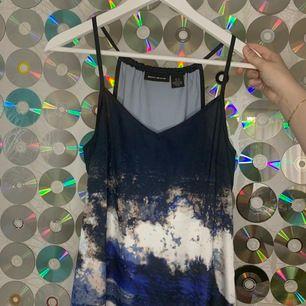 en klänning i strl 36 från dkny jeans, gick på 1-3000 och är fåtal gånger använd. Köparen står för frakten, inga returer.