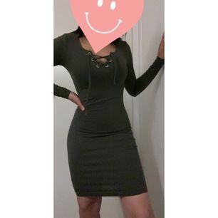 En fin militärgrönt klänning med snörning, väldigt stretchiga och skönt material. Storleken är XS men passar mig som är S  alltså XS/S Fri frakt