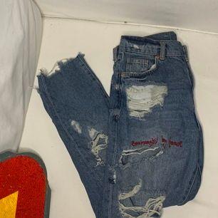 Ett år slitna jeans från pull & bear med broderiet i strl 32. Väldigt fina och sällan använda! Köparen står för frakten, inga returer.