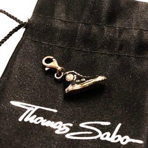 Säljer denna Thomas Sabo berlock i form av en svart Converse sko. Fått i present men aldrig använt den. Kommer putsa till den med silverputs vid försäljning för att den ska bli mer silvrig. Påse medföljer. Köpare står för frakt. Pris går att disjuteras.