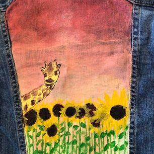 En gammal jeansjacka från H&M i fint skick som jag själv har målat på (med tygfärg)! 🌻🌅🤩 Tyvärr för liten för mig då den är ganska tajt i modellen, så XS om man vill ha lite mer rymlighet, men det står att den är strl 36! Fraktar elr mötas upp i Lkpg