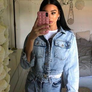 Jeans jacka ifrån Junkyard, använd 1 gång så i så gott som nyskick. Storlek S!💕 (Nypriset är 599kr)
