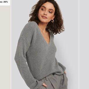 Grå stickad tröja från nakd i strl XS. Den sitter ungefär som på modellen, inte för tight eller för lös. Köpt för 299kr för ca 1 år sedan. Endast använd ett fåtal gånger. Säljer pågrund utav att jag aldrig använder den. Säljer för 100kr + fraktkostnad.