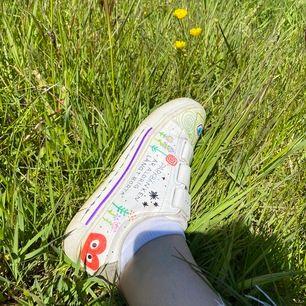 Intressekoll på mina sneakers jag har ritat på själv! (Med seriösa pennor såklart)🥀