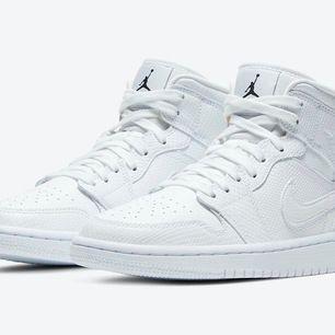Intressekoll på mina helt nya Nike Air Jordan 1, storlek 37,5 men passar 38 okså🦋