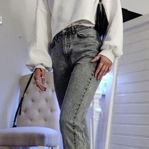 Gråa jeans letar nytt hem att trivas i. Dessa är ifrån Gina-trico i Strl 36🔥⚡.                (Jag är 175cm) 🙌🤩