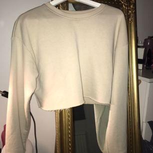 Helt oanvänd croppad sweatshirt från prettylittlething